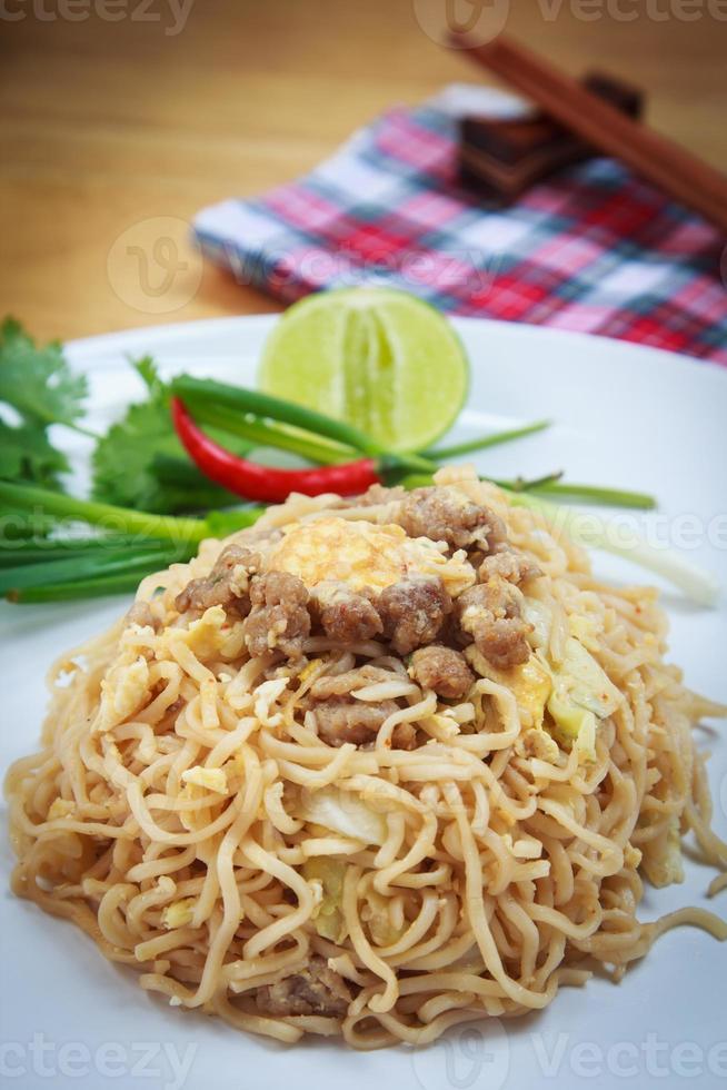 nouilles instantanées frites de maman thaïlandaise photo
