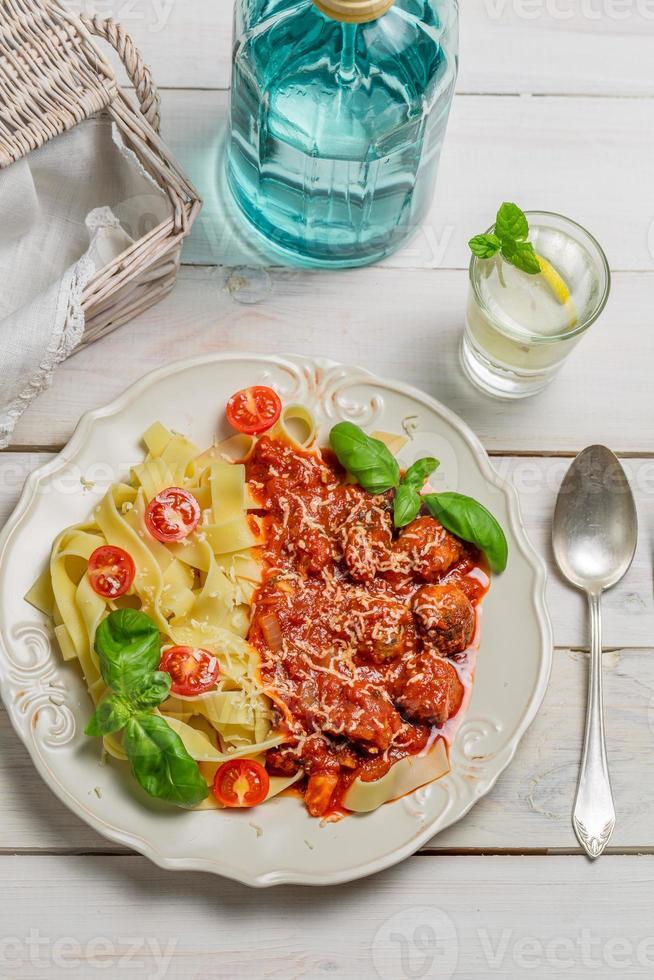 pâtes spaghetti, boulettes de viande et fromage photo