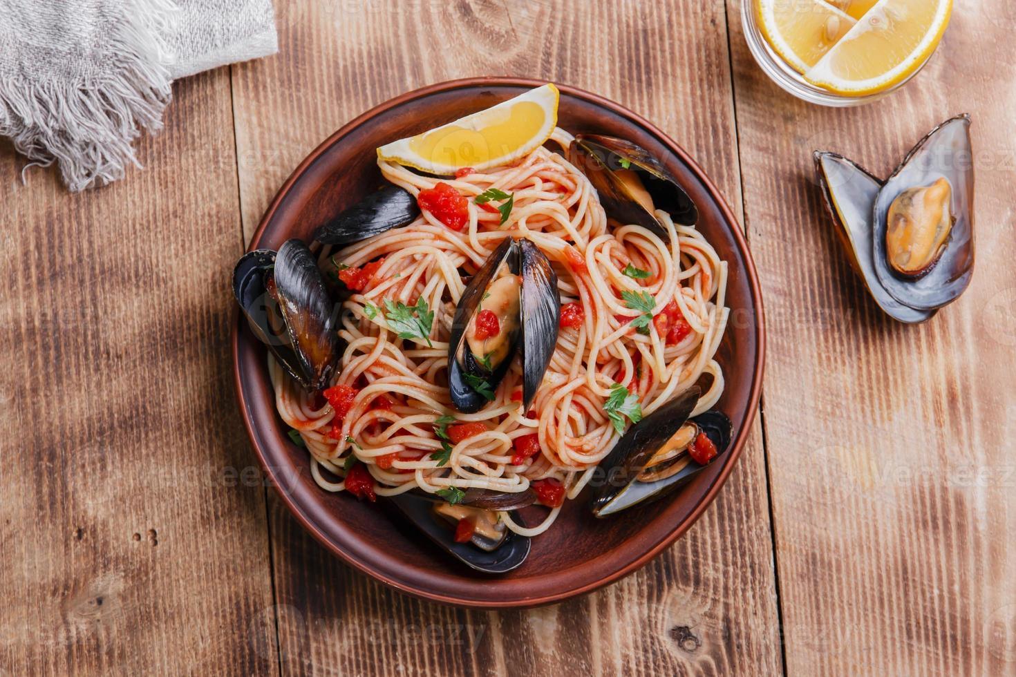 moules aux spaghettis à la sauce tomate photo