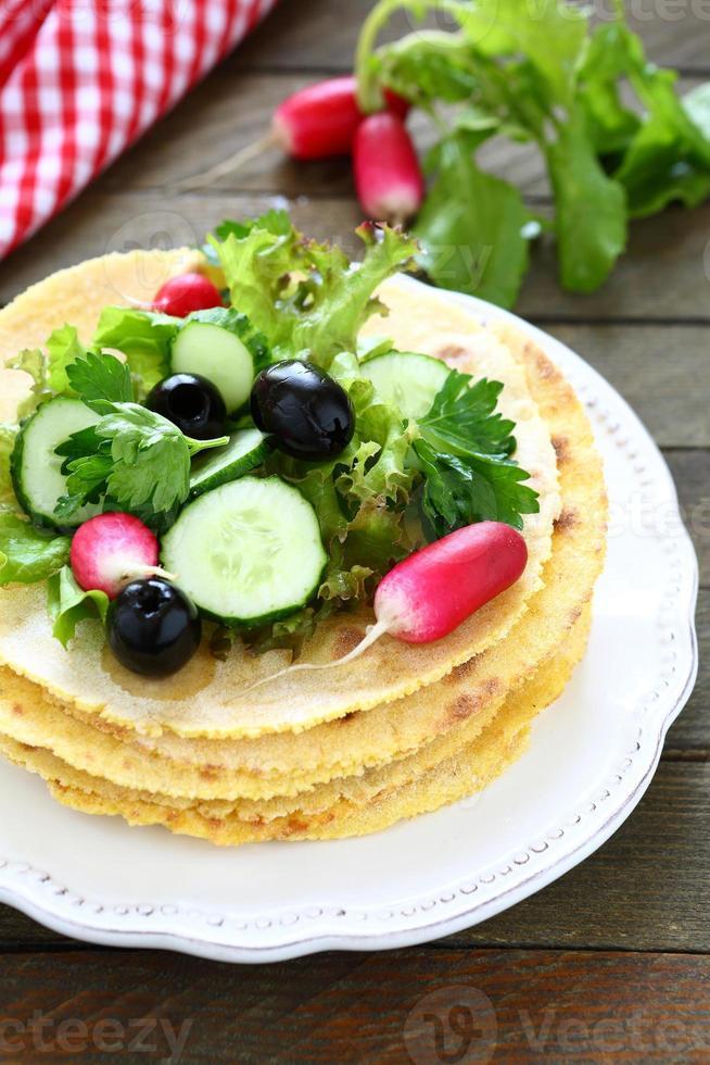 pain pita et salade de légumes frais photo
