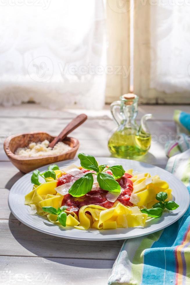 savoureuses pâtes pappardelles à la sauce tomate et au basilic photo