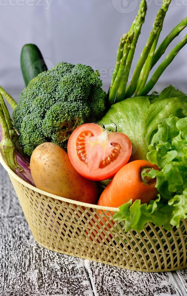 légumes isolés sur un fond en bois photo