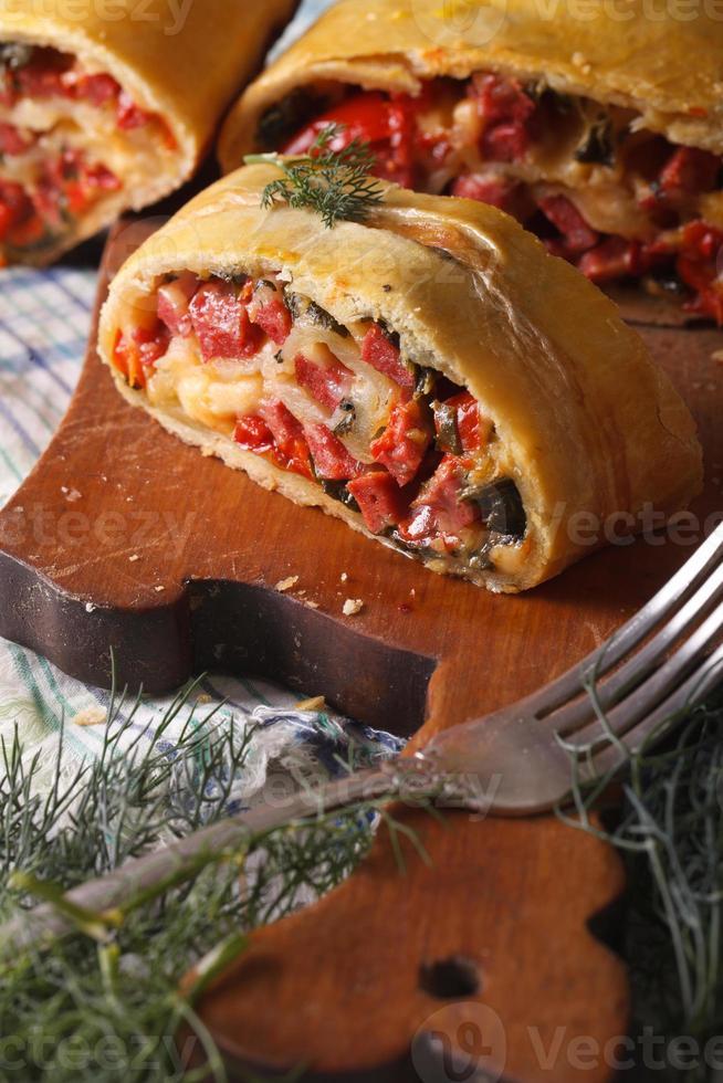 tarte maison avec jambon, fromage et épinards close-up photo