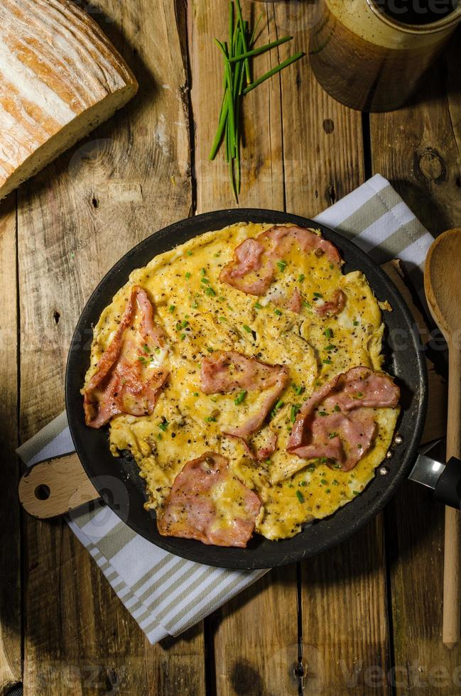 omelette rustique au célèbre jambon de prague photo