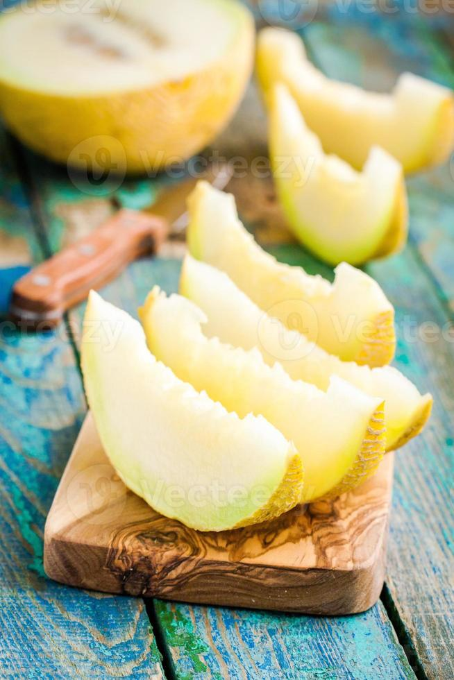 tranches de melon frais sur une planche à découper photo