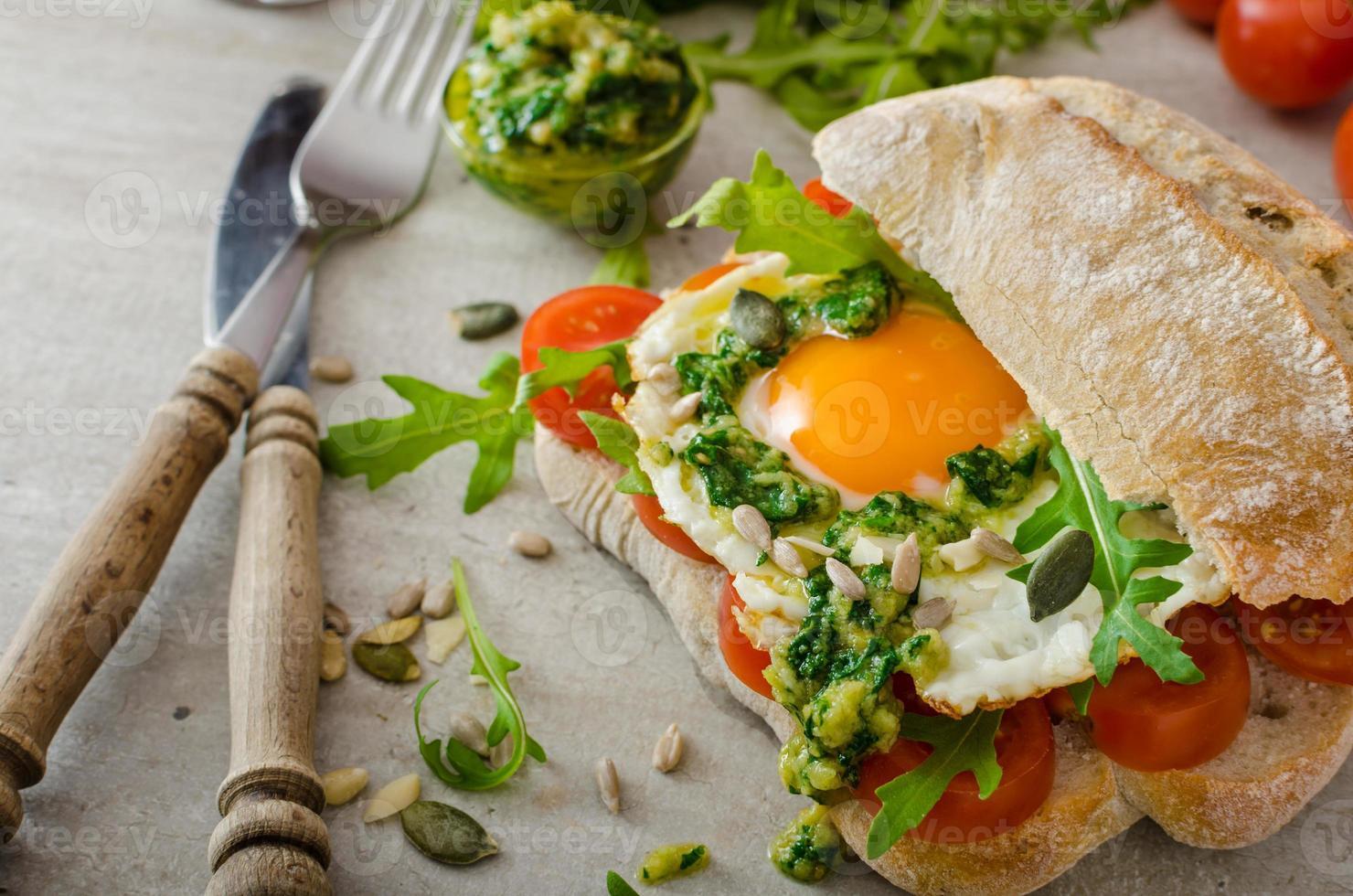 ciabatta aux œufs frits, tomates et pesto photo