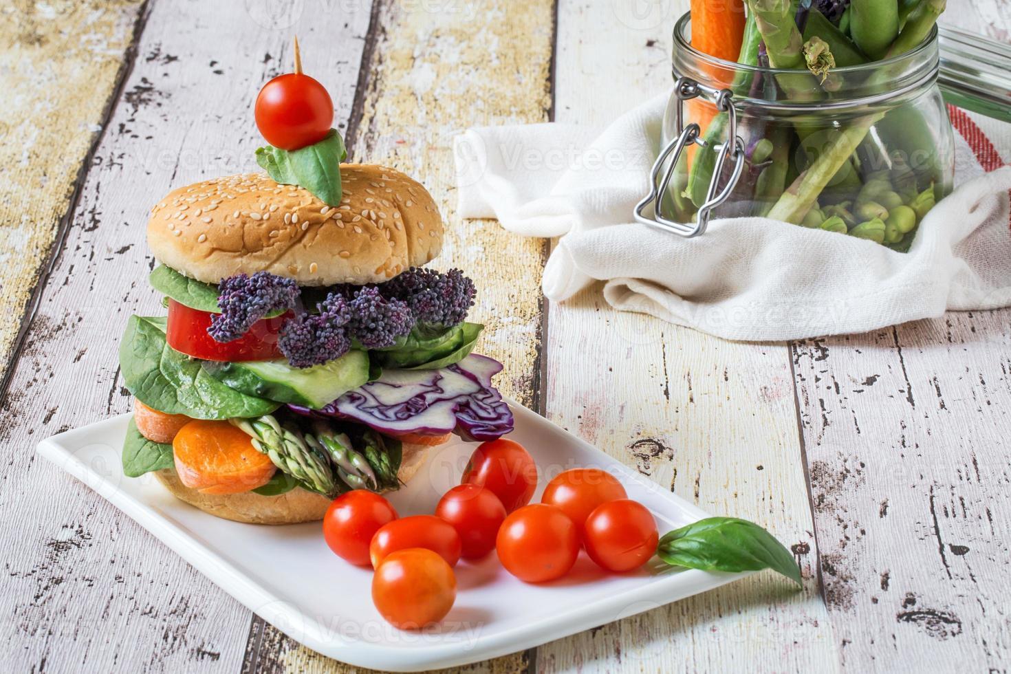 burger végétalien aux légumes frais photo