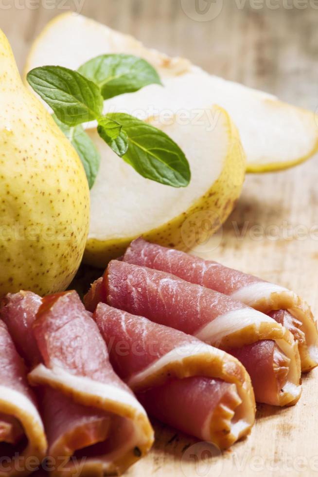 poire et jambon italien sur une planche, selective focus photo