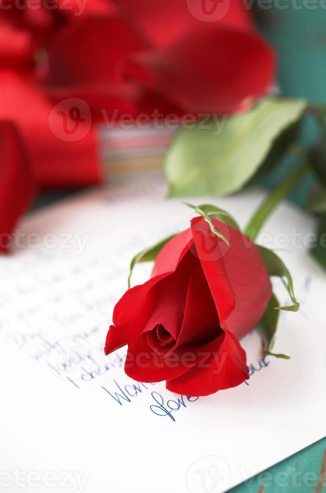 rose rouge sur la lettre d'amour photo