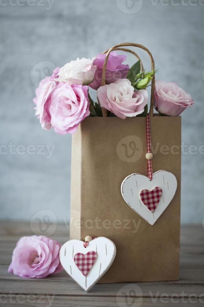 cadeau romantique avec roses et coeurs photo