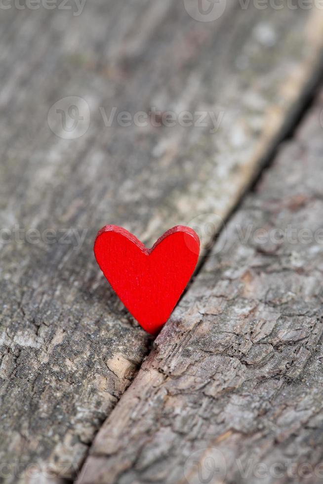 coeurs rouges sur une surface en bois rustique photo