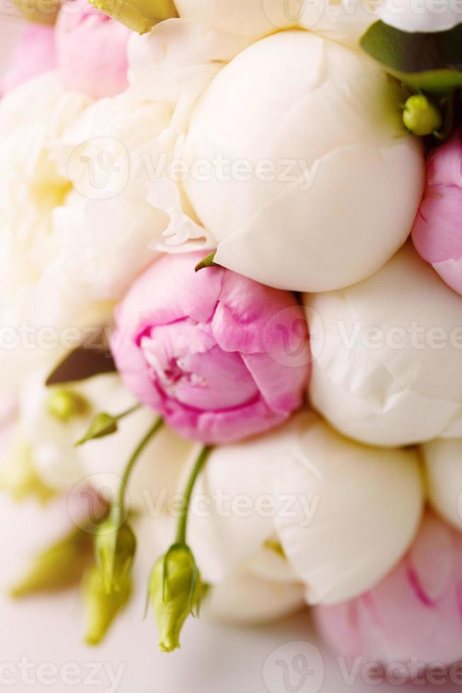 bouquet de mariée de renoncule et de pivoine photo