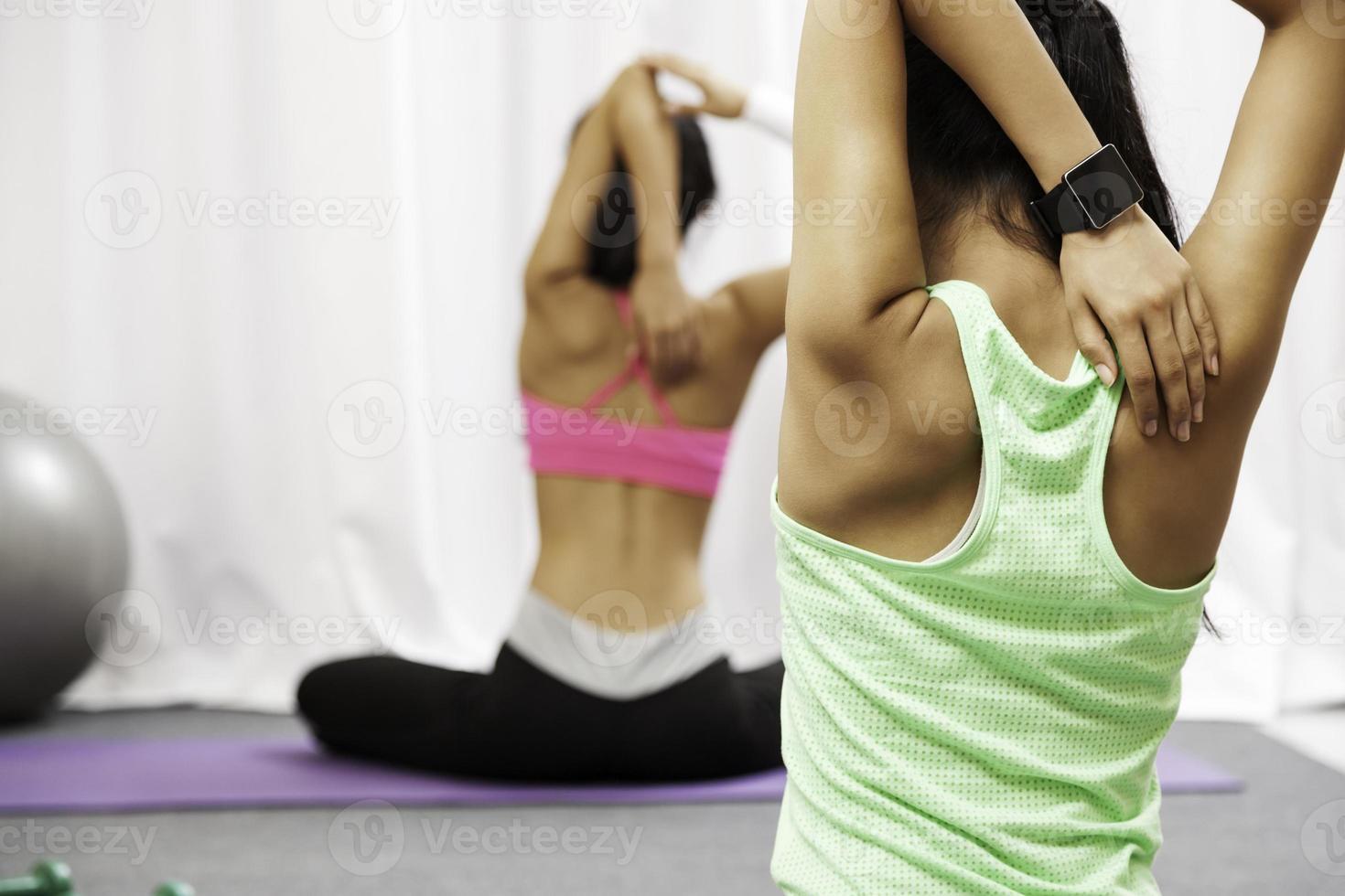 femmes faisant du yoga photo