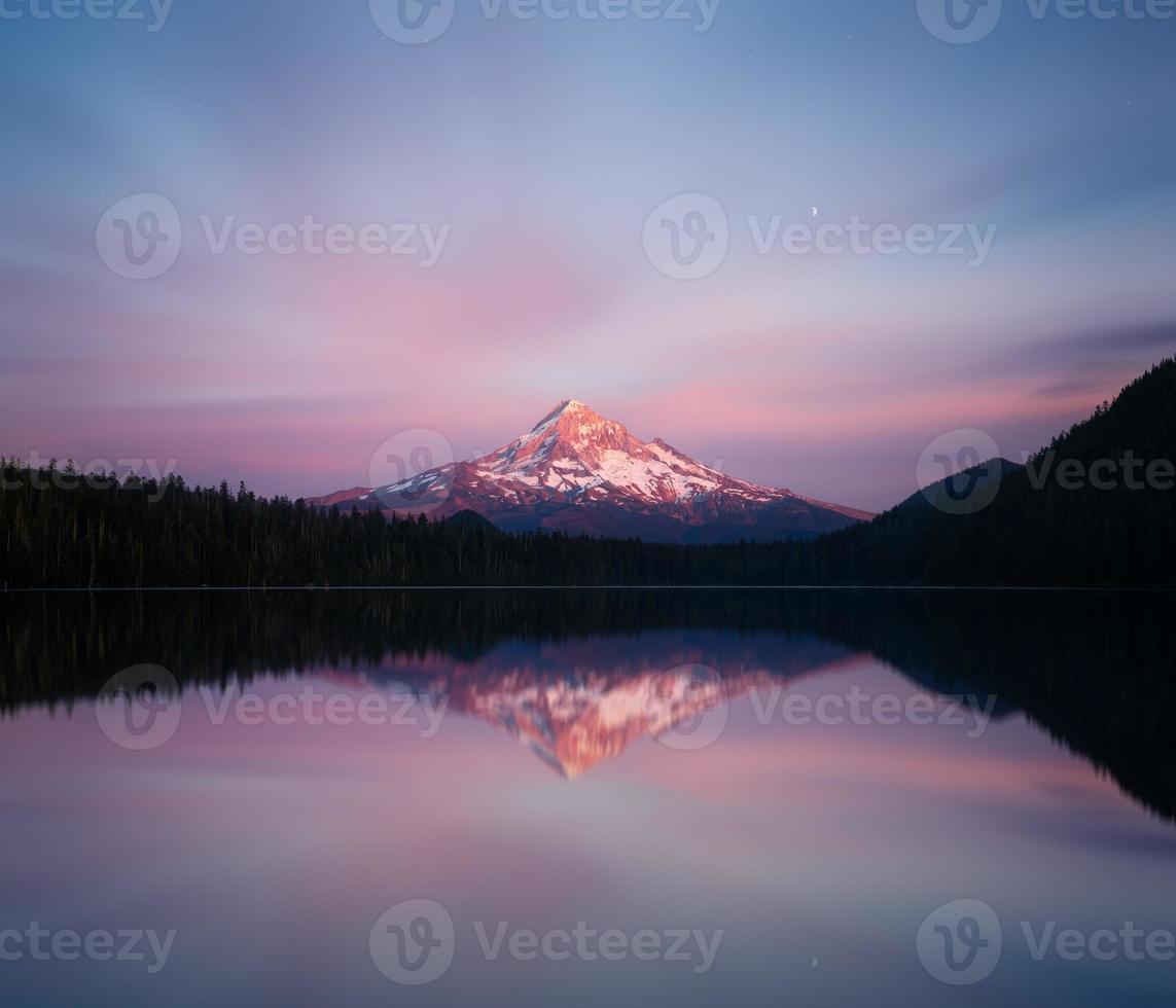 Vue du mont Hood depuis le lac perdu photo