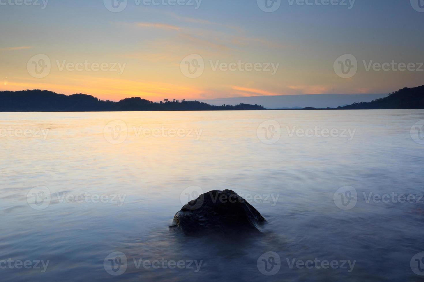 lac au lever du soleil photo