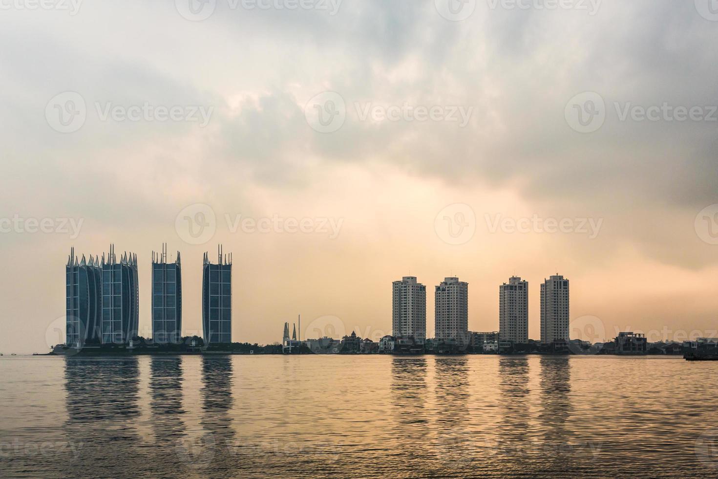 lever du soleil sur le front de mer de jakarta photo