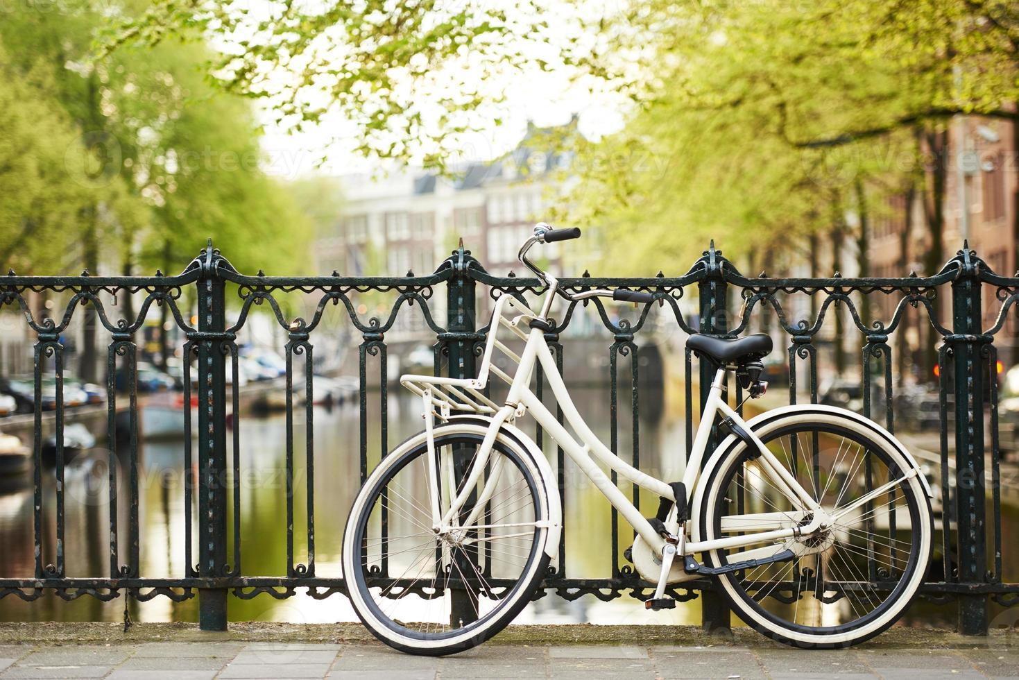vélo sur la rue d'Amsterdam en ville photo