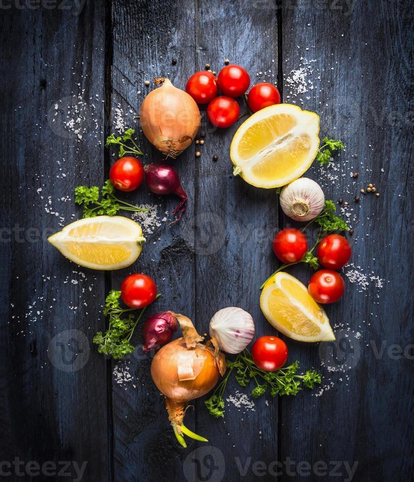 tomates aux herbes et épices, ingrédient pour la sauce tomate photo