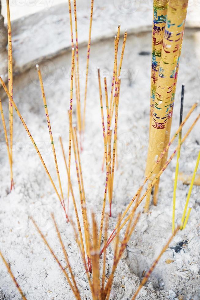 Encens chinois traditionnel dans le temple a-ma à macao photo