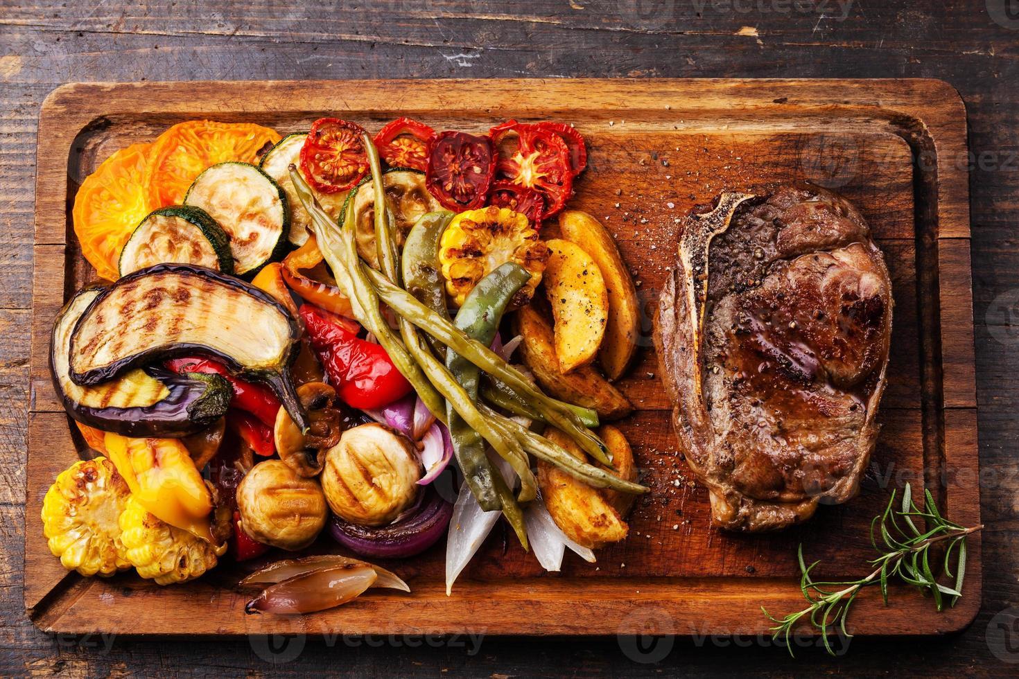 Steak de boeuf club et légumes grillés photo