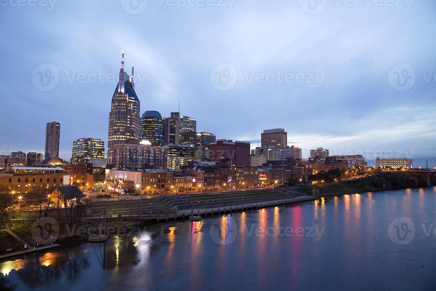 Nashville au crépuscule et lumières sur l'eau photo