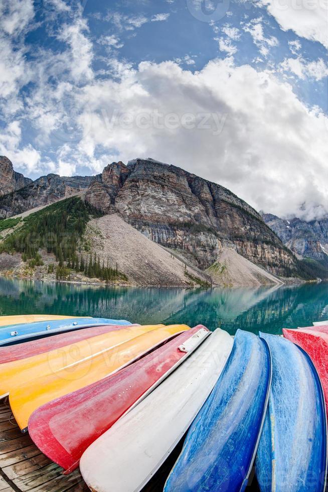 kayaks sur le lac moraine dans les Rocheuses canadiennes photo