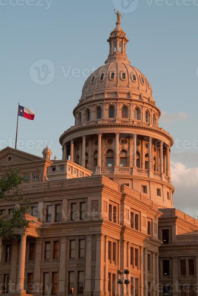 Bâtiment du Capitole de l'État du Texas au coucher du soleil photo