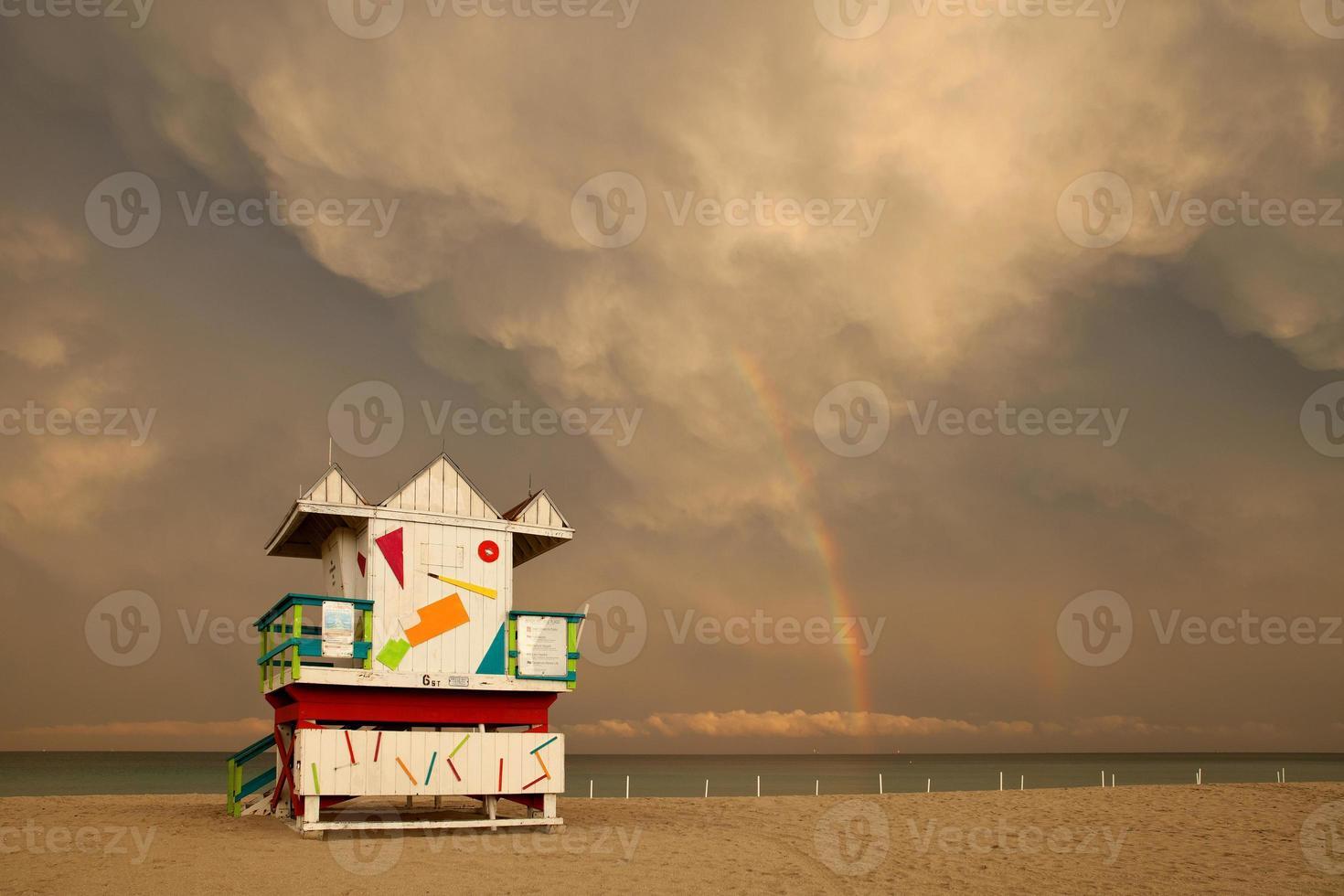 nuages d'orage avec arc-en-ciel sur miami beach floride photo