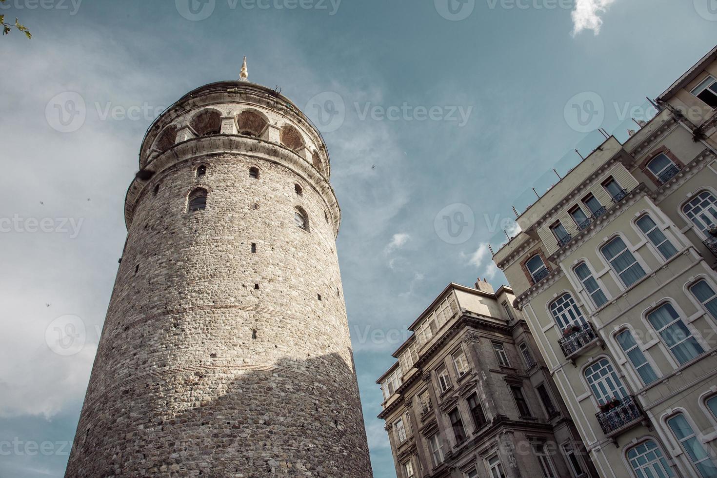 tours de galata et bâtiments anciens photo