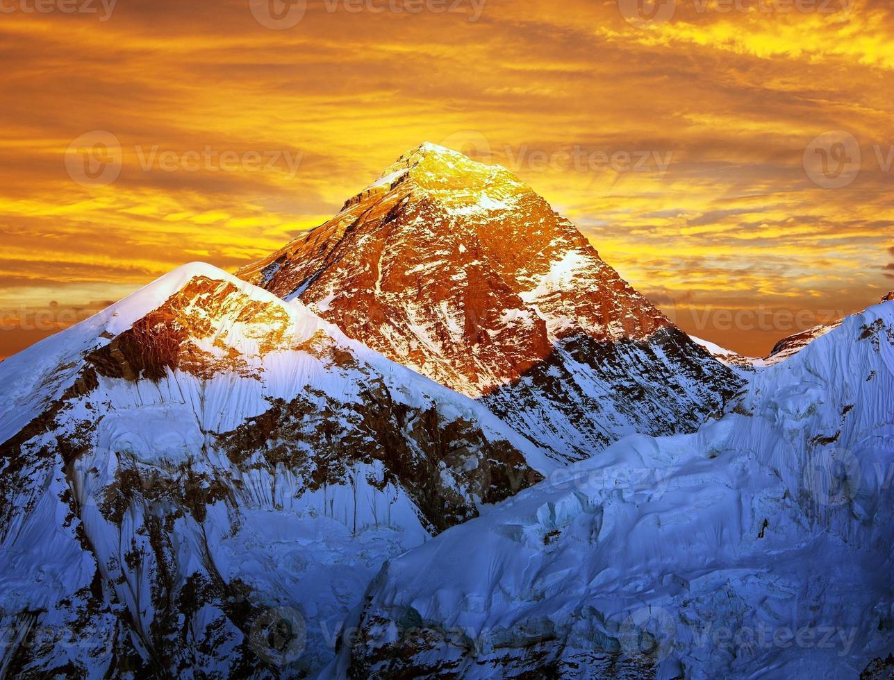 Vue colorée du soir de l'Everest depuis le Kala Patthar - Népal photo