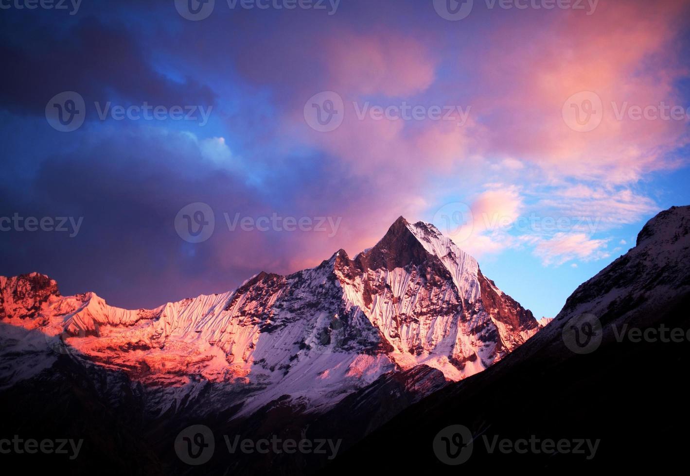 Mont machapuchare (queue de poisson) au coucher du soleil, vue depuis l'annapurna bas photo