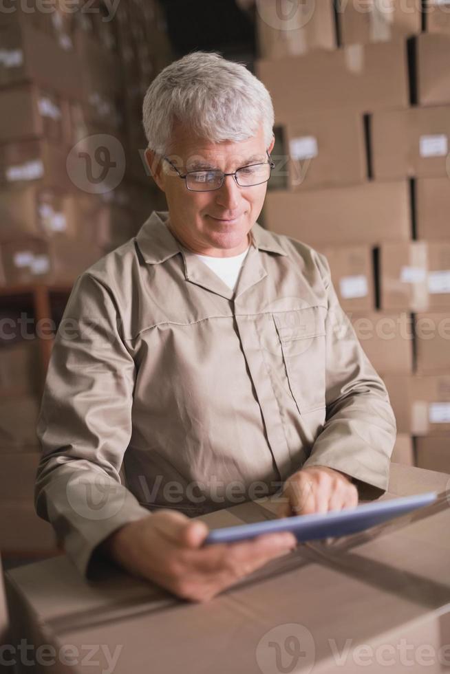 employé d'entrepôt à l'aide de tablette numérique photo