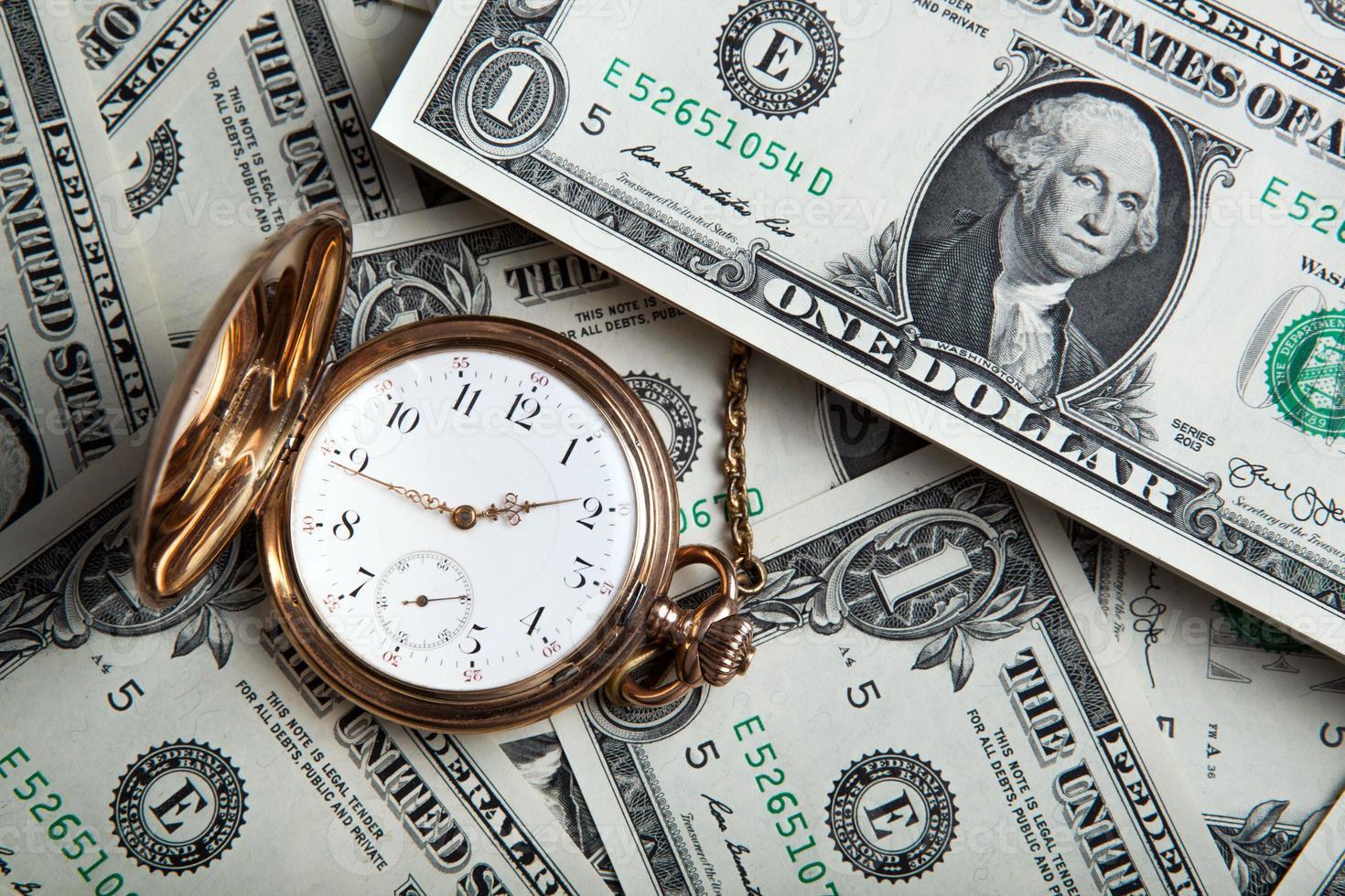 montre en or et billets d'un dollar photo