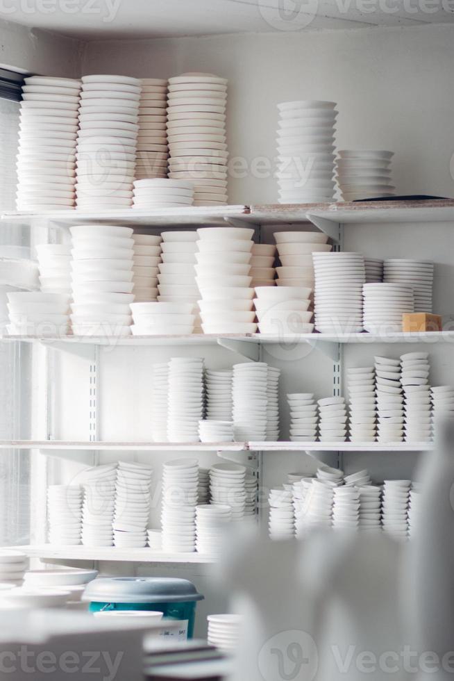 assiettes et bols blancs photo