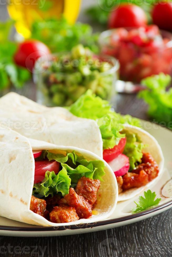 burrito au porc et tomates. photo