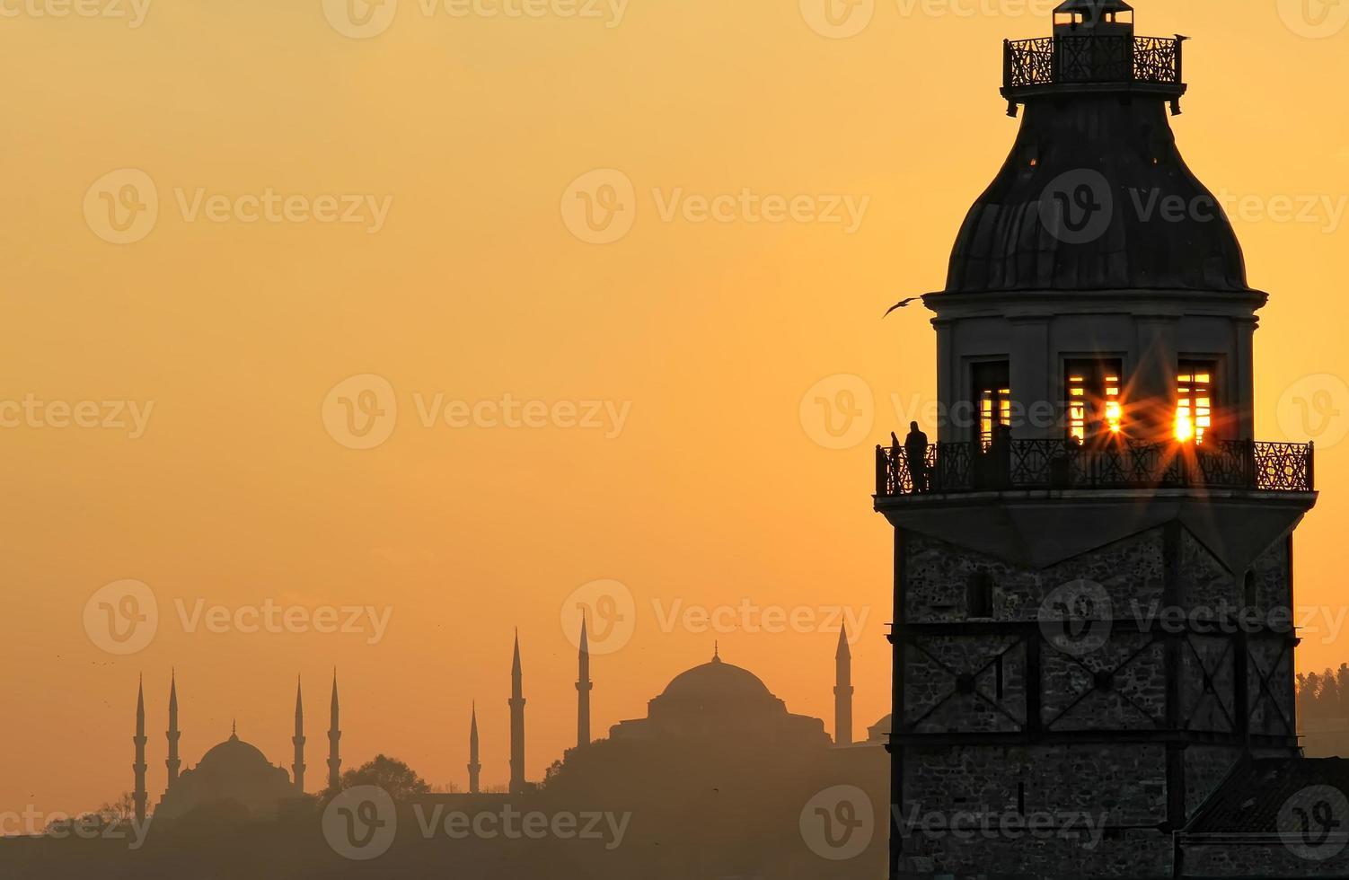 Coucher de soleil sur la tour de la jeune fille photo