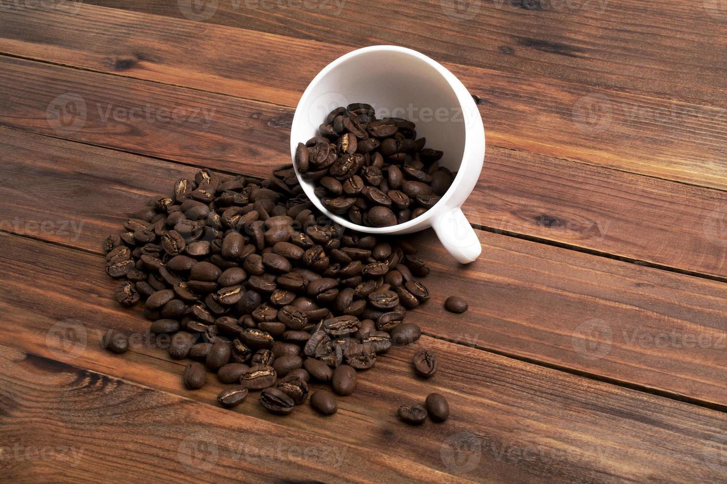 grains de café et tasse sur fond de bois photo