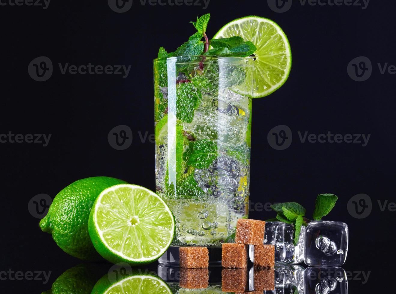 cocktail mojito sur fond noir photo