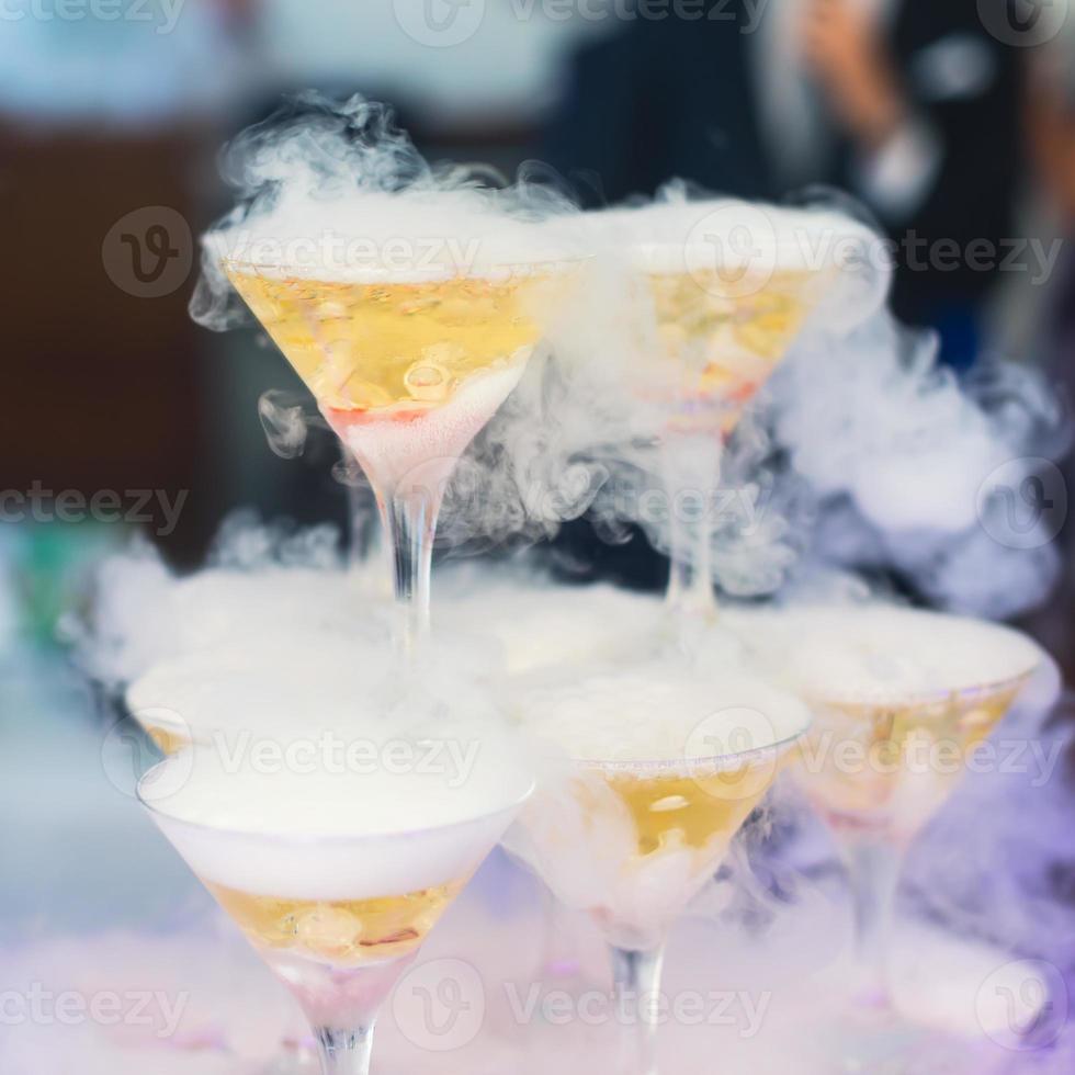 ligne de différents cocktails alcoolisés lors d'une soirée nocturne en plein air photo