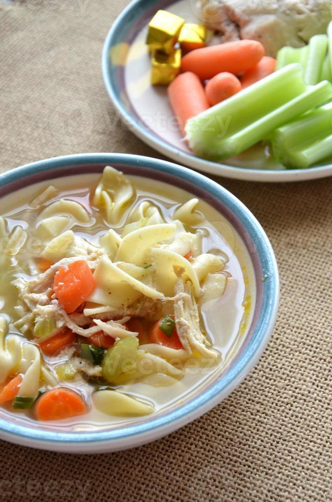 soupe de poulet et nouilles et ingrédients photo