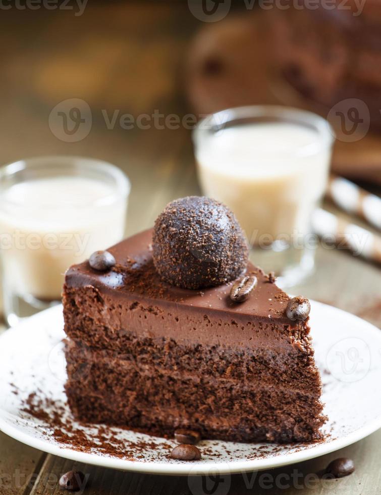morceau de gâteau au chocolat avec un café irlandais photo