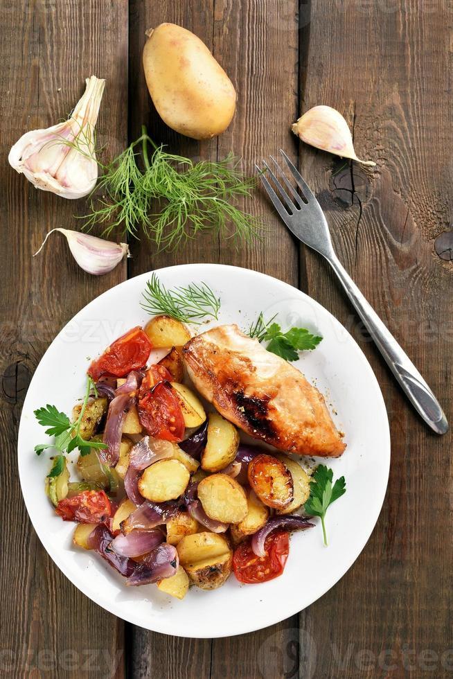 légumes rôtis et poitrine de poulet photo