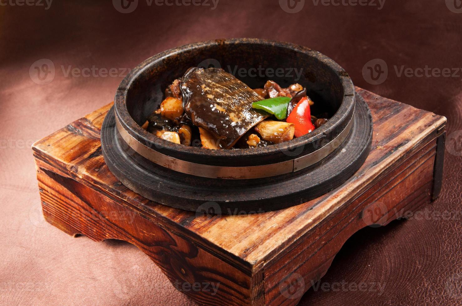 tortue en pot de pierre photo