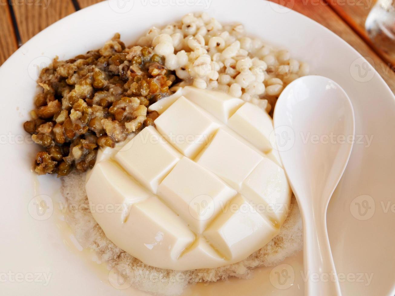 pudding de tofu avec des haricots verts et des larmes de travail photo