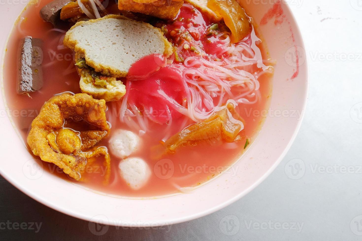 yong tau foo - nouilles asiatiques dans la soupe rouge photo