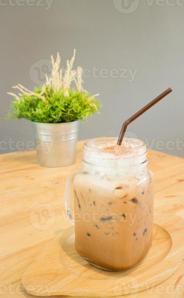 Boisson glacée au café moka servant sur une table en bois photo