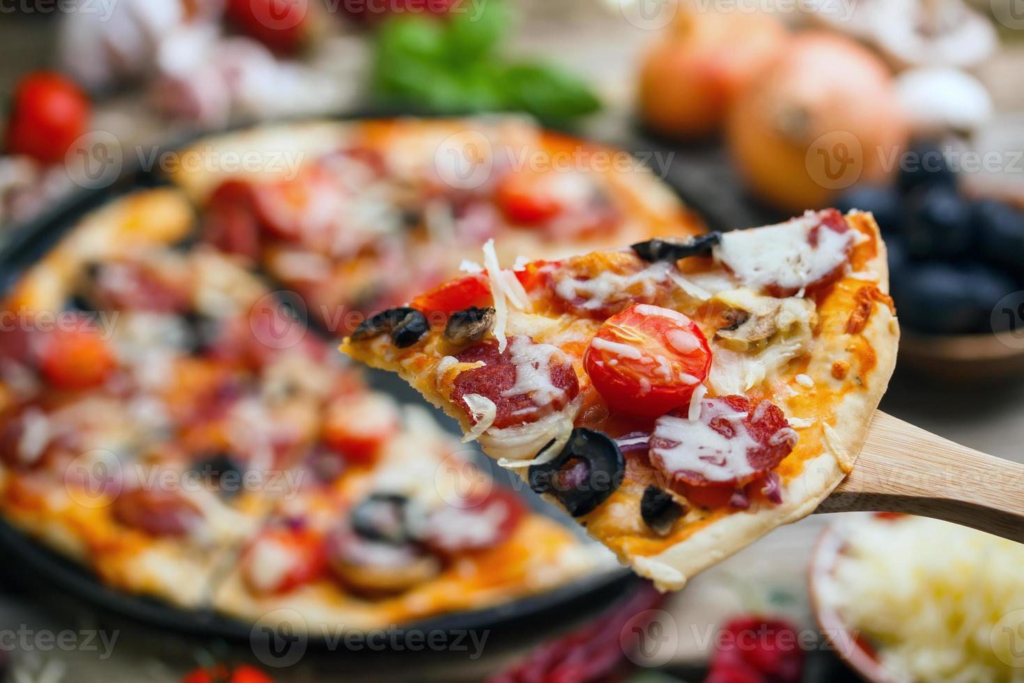 délicieuse pizza à la saucisse photo