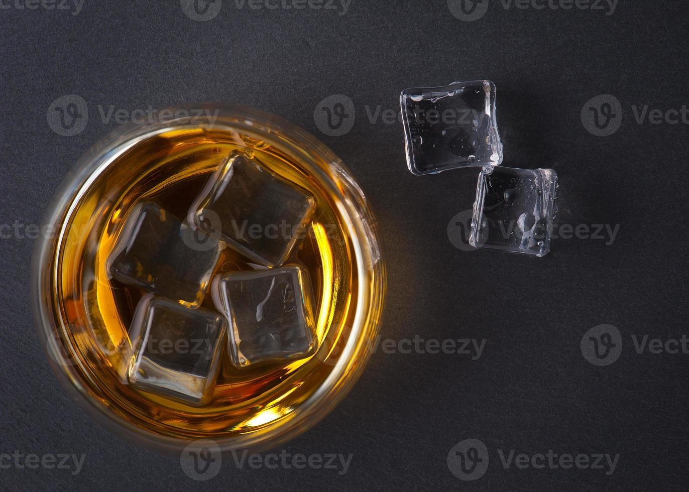 whisky bourbon dans un verre photo