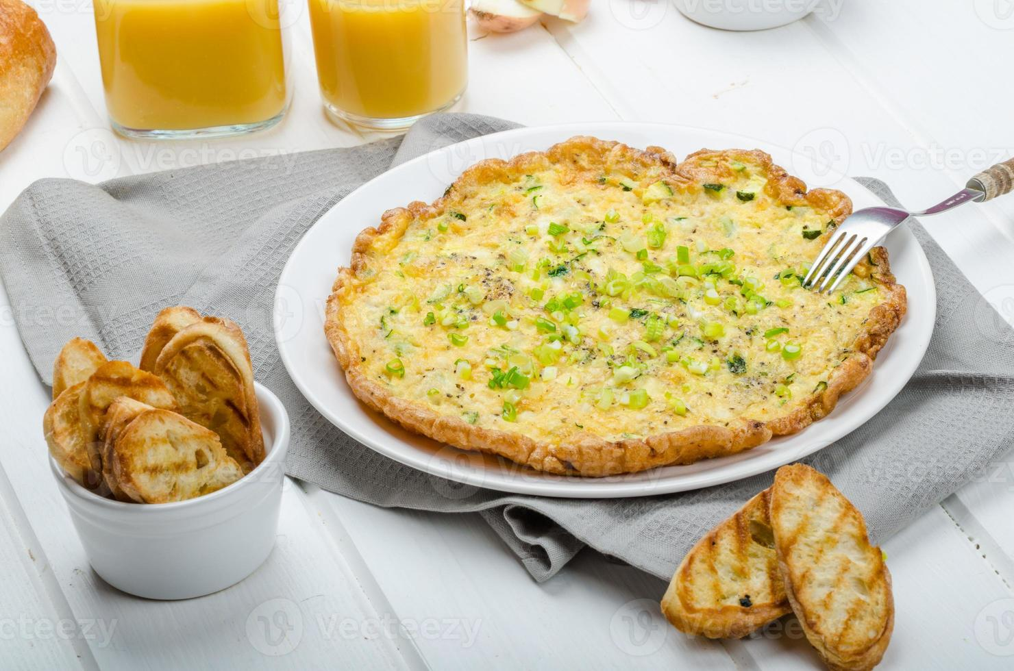 omelette aux courgettes et mozzarella, oignons verts photo