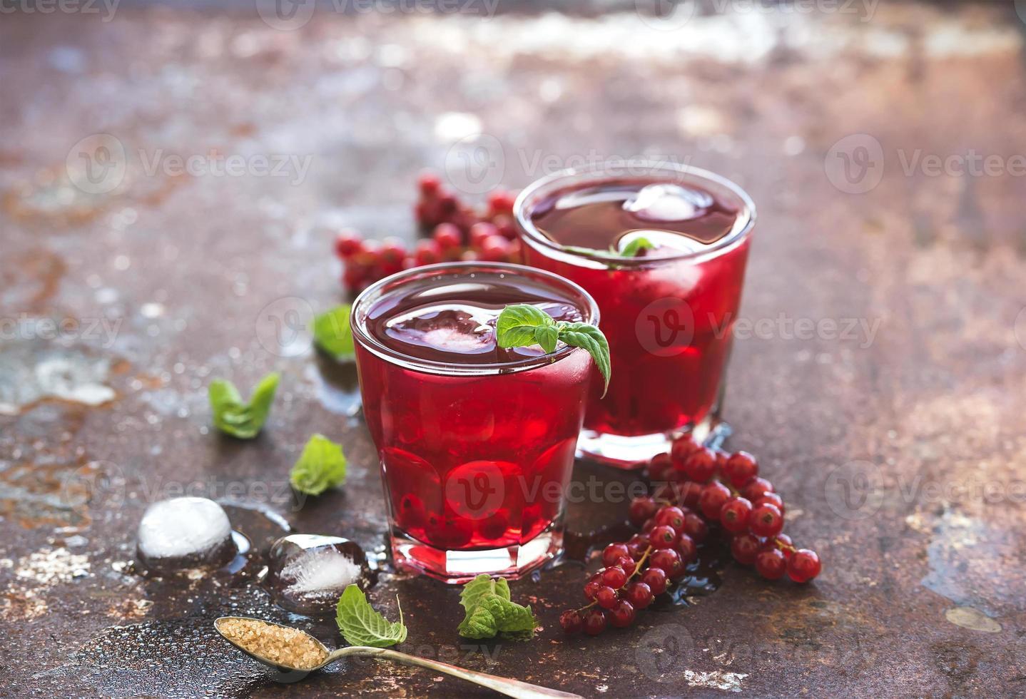 limonade aux fruits rouges avec de la glace et de la menthe sur vintage grunge photo